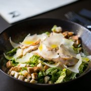 Metropolita Roma | Caesar Salad con lattuga romana, petto di pollo (c.b.t.) alla paprika, salsa Caesar, crostini di pane e scaglie di Parmigiano Reggiano Dop